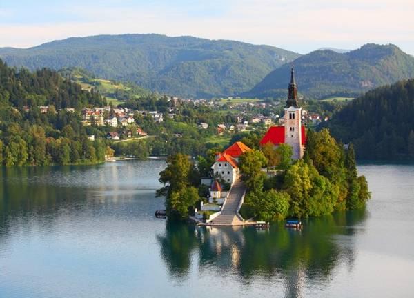 Bled, Slovenia: nằm dưới chân của dãy núi Alps Julian, trên bờ của hồ Bled - một trong những hồ đẹp nhất trên thế giới. Nơi đây khiến tâm hồn tĩnh lặng khi mỗi buổi sáng sớm mặt hồ phẳng lặng như gương phản chiếu khung cảnh xung quanh.