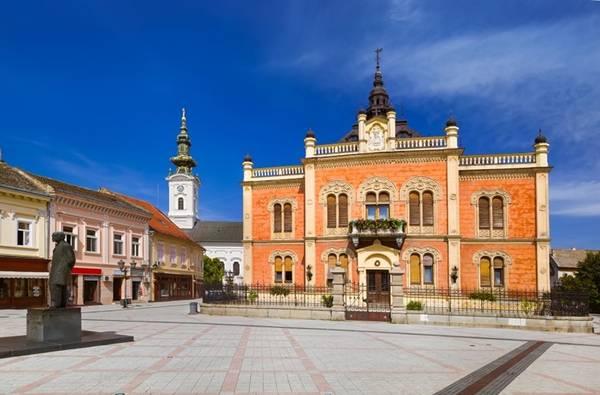 Novi Sad, Serbia: Được biết đến với nhiều viện bảo tàng, phòng trưng bày, và di tích, Novi Sad được xem là thủ đô văn hóa của Serbia. Bạn sẽ không hối tiếc thời gian của mình khi khám phá thành phố duyên dáng này với những ngôi nhà đầy màu sắc.