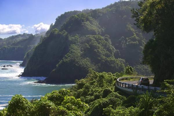 Đường cao tốc Hana, Maui: Bạn sẽ mất khoảng hơn 2 tiếng để đi quãng đường 83 km từ Kahului tới Hana. Du khách sẽ có cơ hội được luồn lách qua những vách đá dựng đứng cạnh biển, dưới bóng mát của những cây xoài đang nở hoa, mua bánh chuối ven đường và dừng xe ngắm nhìn khung cảnh hoang sơ như ở thời tiền sử. Ảnh: Grayline.