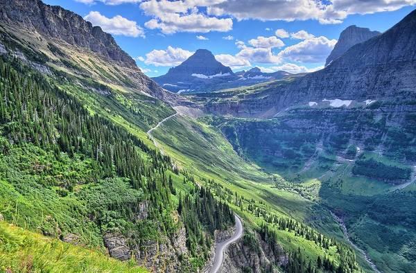 Đường Sun, Montana: Tuyến đường ấn tượng này đi qua những đỉnh núi phủ tuyết của công viên quốc gia Glacier, các đồng cỏ và hồ nước tuyệt đẹp. Mùa đông nơi này thường có tuyết lở, nên đường chỉ mở cửa từ tháng 5 tới tháng 10. Ảnh: Earthporn.
