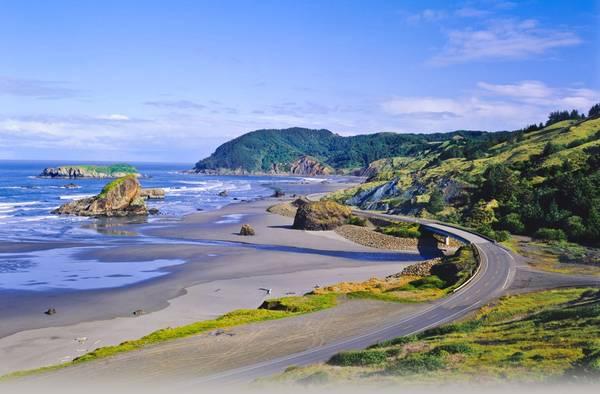 Đường cao tốc 101, Oregon: Gần 500 km đường cao tốc 101 đưa du khách qua khung cảnh thiên nhiên hoang sơ và những bãi biển đẹp như trong mơ. Giữa cảng Orford và Brookings, bạn sẽ được chiêm ngưỡng các vách đá sừng sững ven biển, đối lập với những trang trại xanh tươi của nhiều thị trấn nhỏ dọc đường. Ảnh: Jandstransport.