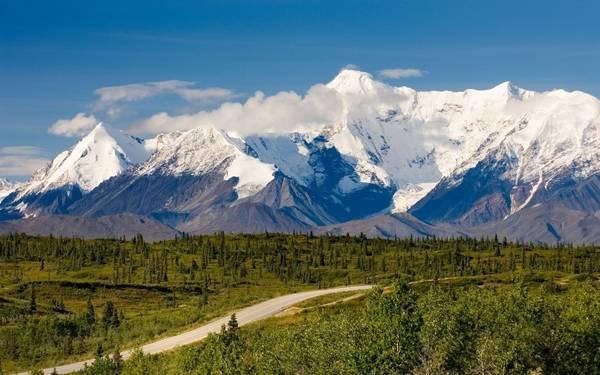 Anchorage tới Valdez, Alaska: Tuyến đường cho du khách cơ hội ngắm nhìn các sông băng tiền sử, những dãy núi với đỉnh cao hơn 4.000 m, trong đó nhiều đỉnh vẫn chưa được đặt tên. Dọc tuyến đường dài 480 km này, du khách sẽ được đi qua đèo Thompson, các thác nước ở hẻm núi Keystone, tới eo biển Prince William. Ảnh: Travelandleisure.