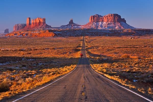 Đường 12, Utah: Khung cảnh lộng lẫy của vùng Utah sẽ khiến du khách choáng ngợp trên tuyến đường 12, nối từ Capitol Reef tới các công viên quốc gia ở hẻm núi Bryce. Tuyến đường dài 200 km này đi qua các thị trấn nhỏ, những ngọn núi sa thạch hùng vĩ và khe núi ấn tượng Hogback. Ảnh: Corsia.