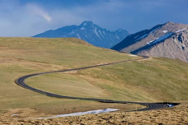 Đường Trail Ridge, Colorado: Đây là tuyến đường rải nhựa cao nhất nước Mỹ, đạt độ cao 3.700 m khi đi qua công viên quốc gia Rocky Mountain. Du khách sẽ có cơ hội ngắm nhìn các loài hươu nai, cừu sừng to, cùng khung cảnh hùng vĩ của lãnh nguyên hoang dã này. Ảnh: Edfuhr.