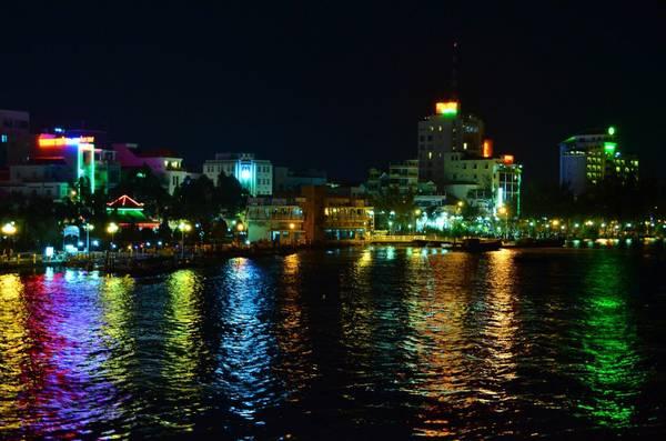 Bến Ninh Kiều lung linh trong đêm. Ảnh: vnphoto.net