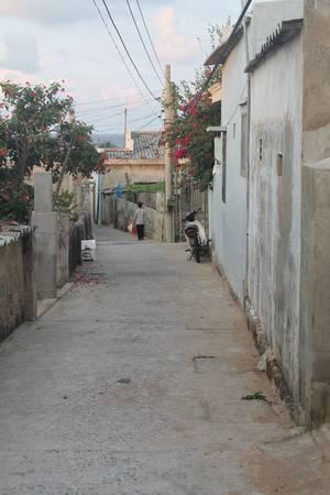 Con đường nhỏ dẫn xuống quán Ông Già. Ảnh: Khoa Trần