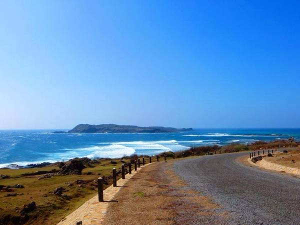 Con đường ven biển chạy ngang qua Vịnh Triều Dương tới bãi Nhỏ - Gành Hang. Ảnh: Huỳnh Tuấn