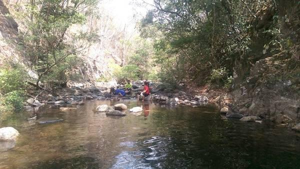 Phút nghỉ ngơi bên con suối là phút thư giãn hiếm hoi.