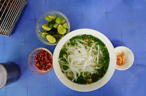 Tô bún nước thơm ngon hấp dẫn nhiều thực khách ở Sài Gòn. Ảnh: Phong Vinh