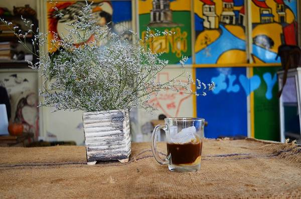 Quán có nhiều loại nước khác nhau, nhưng món được nhiều người gọi nhất vẫn là cà phê đen hoặc cà phê sữa đá. Giá trung bình dao động khoảng 25.000 đồng. Ngoài ra, quán còn có loại rượu Bàu Đá nổi tiếng Bình Định để thực khách có thể mua về làm quà hoặc thưởng thức dọc đường.
