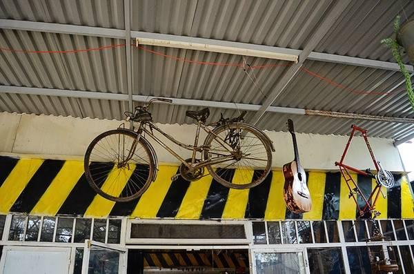 Phía trên là chiếc xe đạp được treo lơ lửng. Ngắm nhìn thật lâu bạn sẽ cảm nhận đâu đó một chút hoài niệm về phố núi.