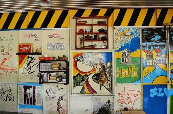 Một mảng tường được chủ quán vẽ những hình ảnh thân quen của các điểm du lịch nổi bật mà anh có nhiều kỷ niệm. Ngoài ra, quán còn có những hình vẽ grafity bụi bặm như chính tính cách của những vị khách đến đây.
