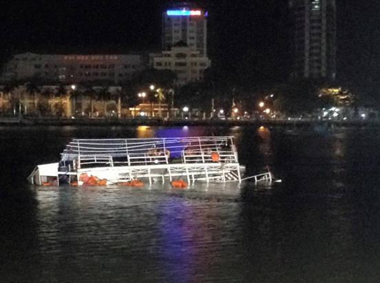 Tàu du lịch Thảo Vân 2 lật úp ngay trên sống Hàn, đoạn từ cầu Thuận Phước về cầu Sông Hàn.