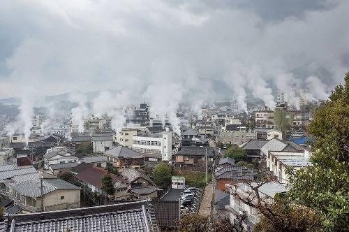 Hơi từ các dòng suối nước nóng bốc lên nghi ngút làm cho mọi người có cảm giác Beppu đang bùng cháy.