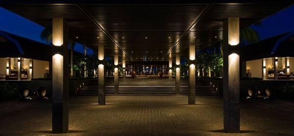 Du khách sẽ choáng ngợp ngay từ cổng chào khi bước vào The Nam Hải.