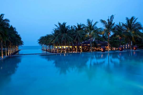 3 hồ bơi tràn bờ liền kề tạo nên một tổng thể vô cùng đẹp mắt.