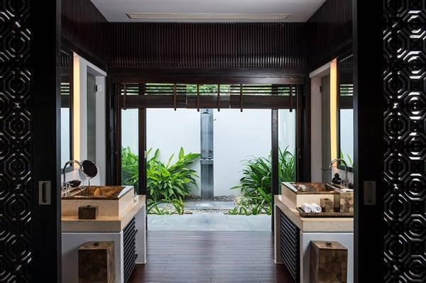 Khu vực phòng tắm được thiết kế ngoài vườn.