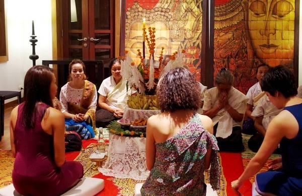 Bởi vậy, khi đến nghỉ tại một số khách sạn ở Lào, đặc biệt là Luang Prabang, bạn sẽ được đón tiếp bằng nghi thức truyền thống và ý nghĩa này. Tại Sofitel Luang Prabang, nghi thức này được tổ chức trong một nhà sàn dài, có thể chứa tới 70 người. Khách sạn thường xuyên làm lễ Baci cho các vị khách vào buổi tối đầu tiên. Ảnh: Hương Chi