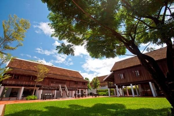Đây cũng là nơi bạn có thể tìm hiểu một phần về phong cách kiến trúc truyền thống của Lào khi được xây trên chính khuôn viên biệt thự của quan toàn quyền đã có hơn 100 năm tuổi. Thiết kế của khách sạn cũng có sự kết hợp với kiến trúc, nghệ thuật và văn hóa của Pháp. Nơi đây chỉ cách sân bay 4,5 km, cách trung tâm thành phố một km nên rất thuận tiện cho du khách khám phá cố đô Lào. Chỉ cần đi bộ du khách cũng có thể đến chùa Wat Manolom, tượng đài chủ tịch Souphanouvong, ngân hàng thương mại ngoại thương Lào. Ngoài ra khách sạn cung cấp xe đạp miễn phí để du khách khám phá thành phố. Ảnh: Sofitel Luang Prabang