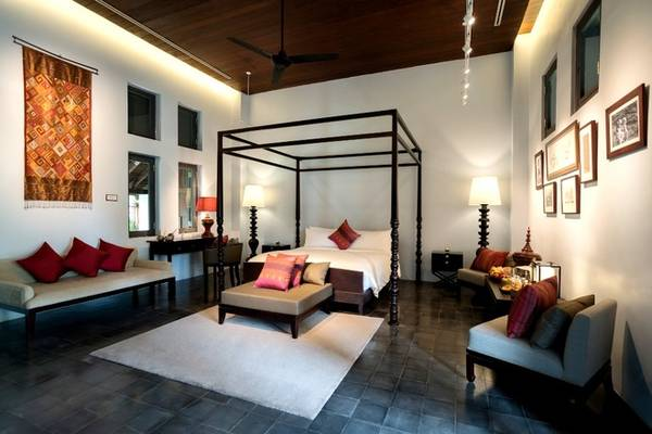 Bạn có thể cảm nhận nét văn hóa Lào trong những chi tiết trang trí trong phòng. Mỗi phòng cũng được trang bị tivi, miễn phí wifi, điều hòa, lò sưởi, giúp du khách phục hồi sức khỏe sau một ngày dài. Đặc biệt một số phòng có bể bơi riêng. Giá phòng khách sạn từ 250 USD/ đêm (khoảng 5,6 triệu). Ảnh: Sofitel Luang Prabang