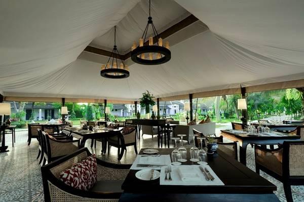 Ngoài ra, khách sạn có nhà hàng riêng, quán bar, bể bơi, phòng tập gym và spa cùng hội trường. Nhà hàng nằm ngay trung tâm, xung quanh là vườn cây xanh mát, buổi tối thắp nhiều đèn nên khung cảnh càng thêm lãng mạn và ấm cúng. Ảnh: Sofitel Luang Prabang