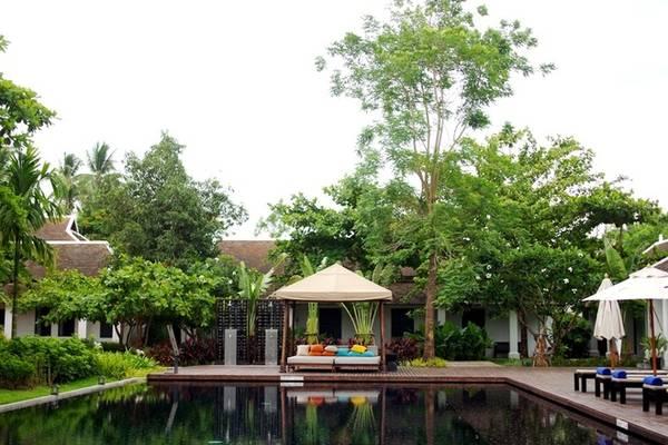 Bể bơi của khách sạn mở cửa từ 9h đến 21h hàng ngày, trang bị đầy đủ khăn tắm, phao, kính, ghế dài tắm nắng, ghế sofa... Quanh bể bơi là các phòng nghỉ và khu vườn nhiều cây xanh mát. Ảnh: Hương Chi