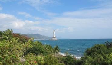 Tượng nổi bật giữa màu xanh của biển và những hàng dừa trên đảo. Ảnh:thebeijinger.com