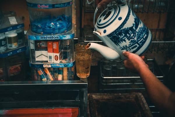Nếu bạn là người Hà Nội, hoặc đã sống ở mảnh đất này một thời gian đủ dài để hiểu Hà Nội thì không thể không vương vấn trong trí nhớ hình ảnh rất thân thuộc về quán hàng nước và cốc trà đá. Nó hiện diện trên khắp phố phường, từ khu phố tấp nập bên các trung tâm thương mại sang trọng, những nhà hàng, quán cà phê đắt tiền…