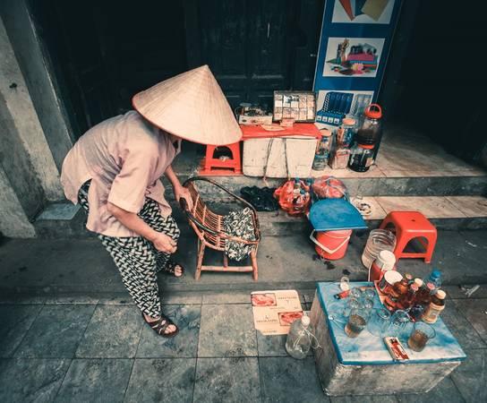 """Trên phố Hàng Chiếu, """"tiện nghi"""" của trà đá đôi khi chỉ là miếng xốp được cắt ra làm bàn hay vài ba chiếc ghế nhựa."""