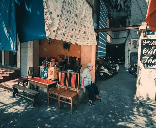 Một cụ ông nghỉ ngơi ở quán nước trên phố Hàng Lược. Trà đá không phải là thức uống cao sang, không nằm trong danh mục nghệ thuật trà của người Việt Nam, nhưng lại có mặt ở khắp nơi, từ làng quê ra thành thị.