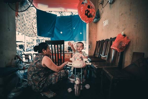 Hai bà cháu bán hàng đang chơi khi vắng khách ở phố Gầm Cầu.