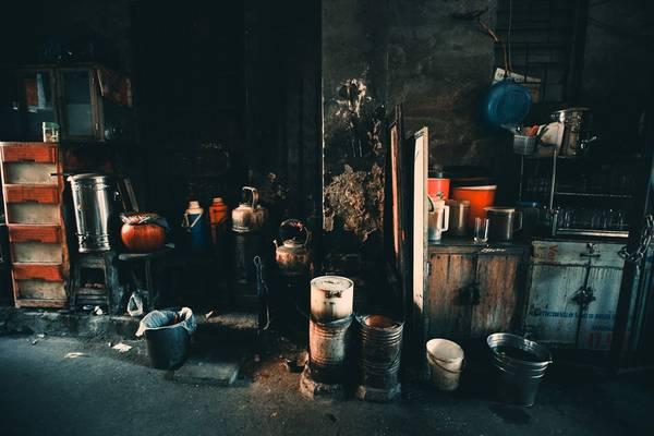 Những trang thiết bị cần thiết để có một quán trà chỉ đơn giản là vài bếp than, phích nước...