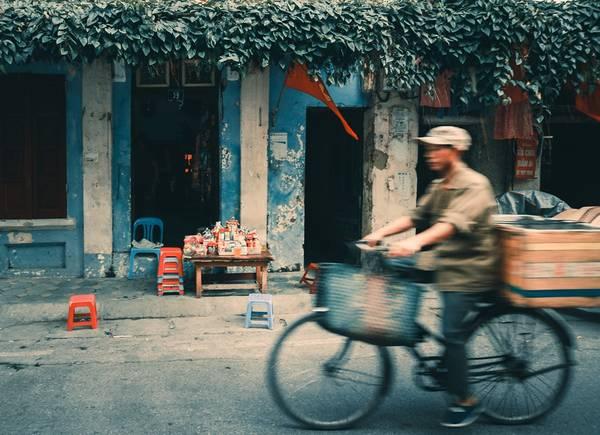 Một quán trà nép mình trên con phố cổ kính Nguyễn Quang Bích.