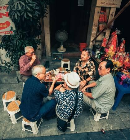 Tại một quán trà ở phố Hàng Giầy, mỗi sáng thường có một nhóm cụ già tập trung tới uống nước, tán dóc chuyện đời.