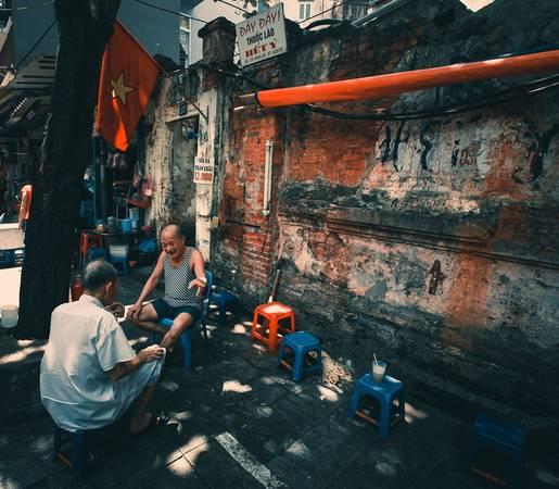 Trên góc phố Hàng Vải, hàng nước mía bán cả trà xanh, thuốc lào. Nhiều người bảo, sống ở Hà Nội, bước ra khỏi nhà, buông chân ra phố là gặp hàng nước.