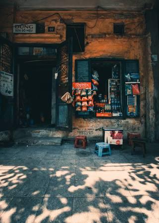 Không cầu kỳ trong cách pha chế, không kén chọn khách, trà đá vỉa hè thân thiện, bình dị và đơn giản. Trong ảnh là quán trà đá ở phố Bát Đàn, từng là cảm hứng ảnh cho rất nhiều tay máy đường phố.