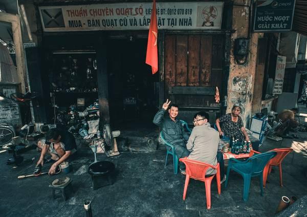 Quán trà đá ở phố Hàng Điếu chỉ cần phích nước, một bình trà, lọ kẹo, chiếc điếu cày cùng vài chai nước ngọt, bố trí vài chiếc ghế là đủ thu hút khách. Những nơi như tQuán trà đá ở phố Hàng Điếu chỉ cần phích nước, một bình trà, lọ kẹo, chiếc điếu cày cùng vài chai nước ngọt, bố trí vài chiếc ghế là đủ thu hút khách. Những nơi như thế này thường có rất nhiều thông tin đời sống, xã hội, từ chuyện giá điện, nước, sự cố đường phố, chuyện nhà cửa, mua bán...hế này thường có rất nhiều thông tin đời sống, xã hội, từ chuyện giá điện, nước, sự cố đường phố, chuyện nhà cửa, mua bán...