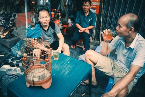 Nếu bạn từng lang thang trên những con phố Hà Nội, từng trải qua quãng đời sinh viên trên mảnh đất Thăng Long - Hà Nội nghìn năm tuổi, trà đá không hề xa lạ, còn là nét văn hóa riêng, rất quen thuộc nhưng lại không dễ để nhận ra.