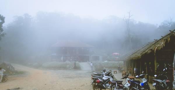 Xe máy chỉ có thể đi đến trạm dừng chân cách bìa rừng khoảng 3 km. Từ đây, tất cả các hành trình đều phải đi bộ.