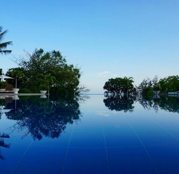 Tùy góc chụp bạn sẽ có cảm giác như hồ bơi củaVictoria Phan Thiết Beach Resort & Spa rất giống với hồ bơi vô cực.Ảnh: js_srchoi