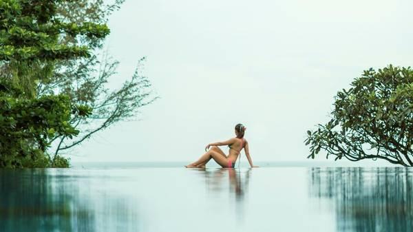 Làn nước trong xanh của hồ bơi phản chiếu ánh nắng lấp lánh, trải dài thênh thang hướng ra biển, mang một nét quyến rũ rất riêng.