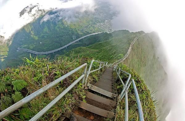 Cầu thang Haiku 4.000 bậc dẫn lên đỉnh Pu'u Keahi a Kahoe ở đảo Oahu, Hawaii, Mỹ, hấp hẫn những du khách yêu mạo hiểm do có phong cảnh ngoạn mục. Ảnh: Placestoseeinyourlifetime.