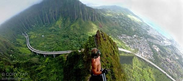 """Chính quyền Hawaii đã đóng cửa """"Cầu thang lên thiên đường"""" trong gần 30 năm qua, nhưng điều đó không ngăn được một lượng lớn du khách và người địa phương thử lòng can đảm ở đây. Ảnh: Alohafrom808."""