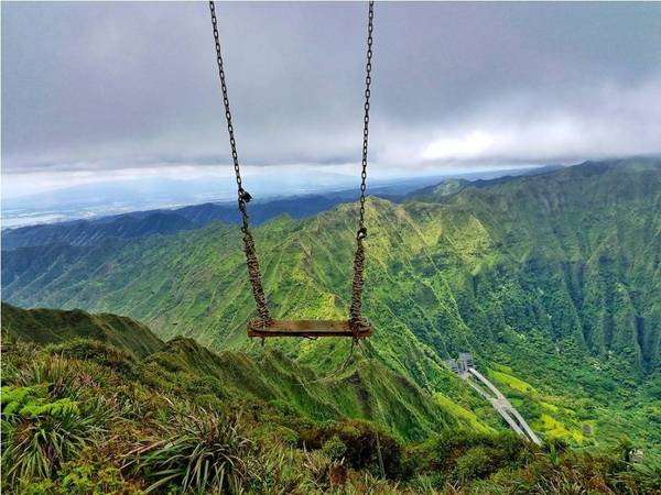 Giờ đây, một xích đu dựng tạm với xích sắt treo trên hai cột chống rỉ sét trên khe vực nhìn ra phía đông Oahu đang trở thành hiện tượng trên Instagram. Ảnh: Pd_rawr/Instagram.
