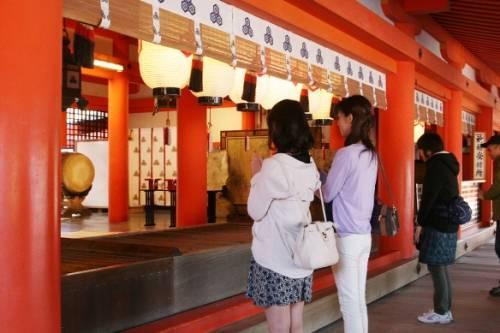 Điểm khác biệt khi đi đền thờ đạo Shinto và chùa ở Nhật Bản là cách cầu khấn của mọi người được quy định khác nhau.