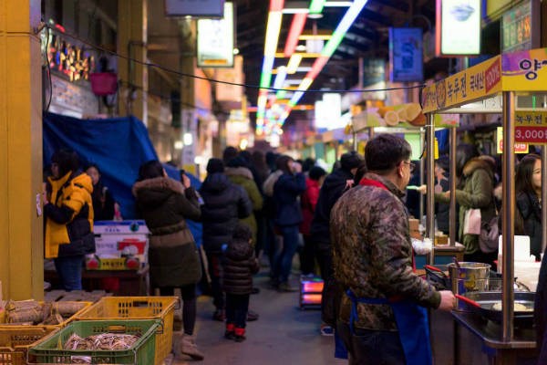 Bạn có thể thỏa sức thưởng thức ở khu chợ đêm đến tận khuya.