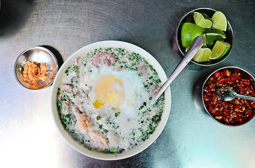 Mì cay muối ớt: Món mì cay muối ớt xuất hiện ở Sài Gòn đã 40 năm và khiến nhiều thực khách mê mẩn bởi hương vị khó tìm của nó. Nhờ vị ngọt của bò băm, giòn của bò miếng cộng với tôm xay nhuyễn, trứng gà... tô nước dùng nóng hổi, tất cả hòa quyện làm nên vị ngon đặc biệt. Ảnh: Phong Vinh