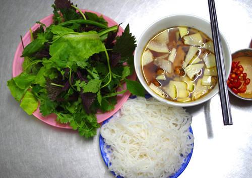 Bún chả - Hà Nội: Có lẽ khi nhắc đến món ngon ở Hà Nội, người ta thường nhắc đến bún chả như một món khoái khẩu của nhiều thế hệ người Việt. Món ăn đơn giản, nhưng có hương vị thơm ngon rất đặc biệt, ăn mãi không chán. Khi ăn, kèm với đĩa bún, loại bún rối, sợi nhỏ, mềm mà không nát là đĩa rau xà lách, húng, mùi ta, tía tô được rửa sạch. Ngoài ra, vị nước chấm là điều quyết định thành công của món ăn. Gần đây, món bún chả ở quán Hương Liên còn vươn xa ra tầm thế giới khi được Tổng thống Mỹ Obama đích thân ghé ăn. Ảnh: Hương Chi