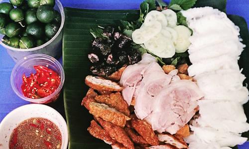 Bún đậu mắm tôm: Dù trời nắng hay trời mưa, bạn đều có thể tìm ăn món này ở Hà Nội, từ quán xá sang trọng đến những hàng bún vỉa hè. Một suất bún đậu mắm tôm đầy đủ bao gồm bún tươi, đậu hũ chiên giòn, chả cốm chiên cháy cạnh và các loại rau sống. Ngày nay nhiều nơi còn có chân giò, lòng heo hay dồi chiên khiến món ăn trở nên phong phú hơn. Đặc biệt sự thành công của món này không thể thiếu chén mắm tôm, tùy nơi mà vị mắm mặn ngọt khác nhau khiến món ăn có trở nên đa dạng hơn. Bún đậu Hàng Khay là một trong những địa chỉ bạn không thể bỏ qua nếu muốn thưởng thức món ăn này ở Hà Nội. Ảnh: Phiêu Linh