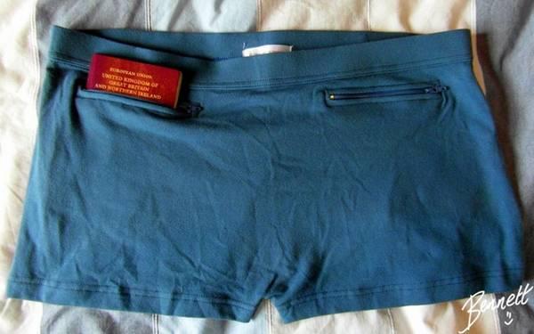 Quần áo có túi bí mật: Loại quần áo này có những chiếc túi bên trong mà kẻ cắp không ngờ tới. Bạn có thể để tiền mặt hoặc các loại thẻ mà không lo mất trộm. Ngoài ra, bạn cũng không cần phải mang theo ví hoặc túi xách.